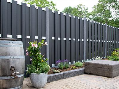 composiet tuinscherm met betonpalen