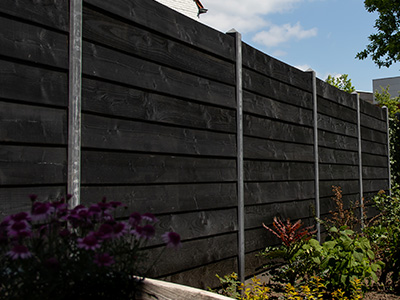 zweeds rabat schutting zwart met betonpalen