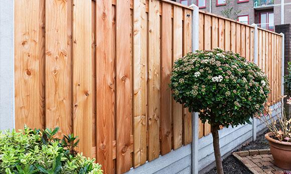 Luxe hout beton schutting met lage betonplaat